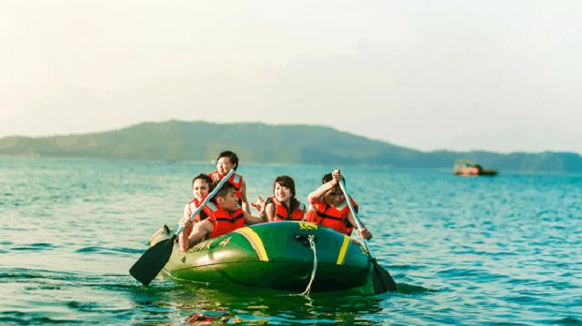 Du khách chèo thuyền khám phá Bãi Dài (Ảnh: Sưu tầm)