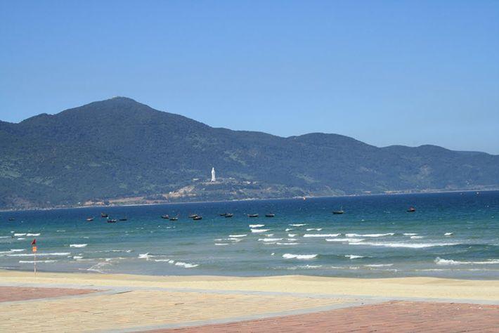 Vẻ thơ mộng bên bãi biển Dung Quất. (Ảnh ST)