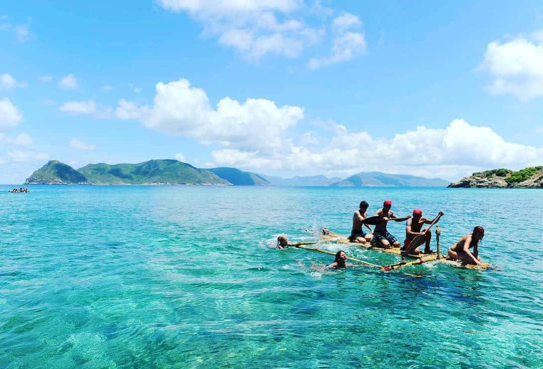 Biển hòn Cau xanh ngắt một màu là điểm đến của nhiều du khách
