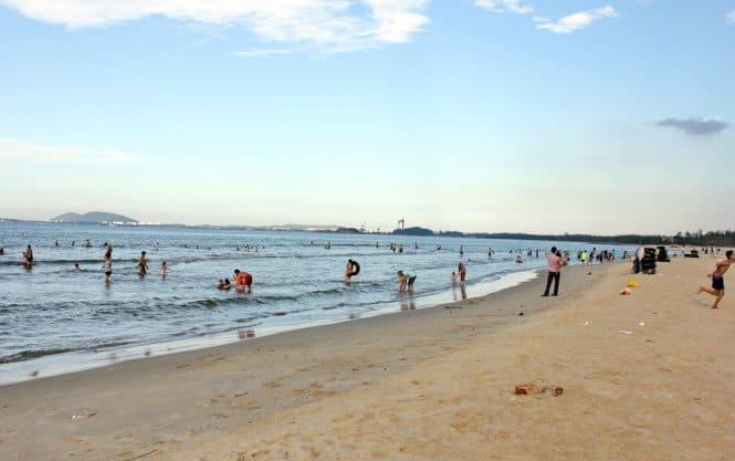 Cuộc sống vui nhộn trên bãi biển Khe Hai. (Ảnh ST)