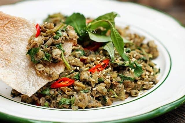 Hến được xào kèm với ớt để tăng thêm hương vị cho món ăn (Ảnh: ST).