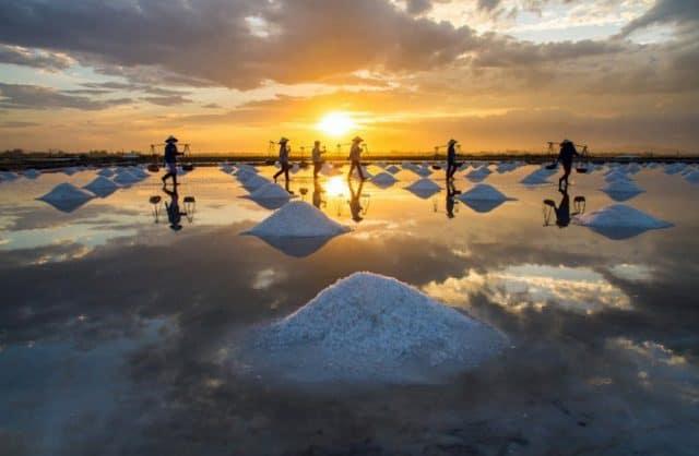 """""""..Những đụn muối trắng tinh cùng những đôi gánh tần tảo của người dân Quảng Ngãi .."""" (Ảnh sưu tầm)"""