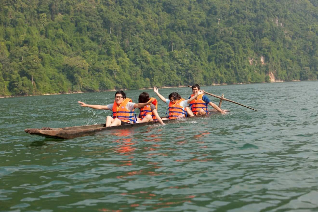 Ảnh chụp một vài du khách đang chèo thuyền trên mặt Hồ Tơ Nưng. (Ảnh ST)