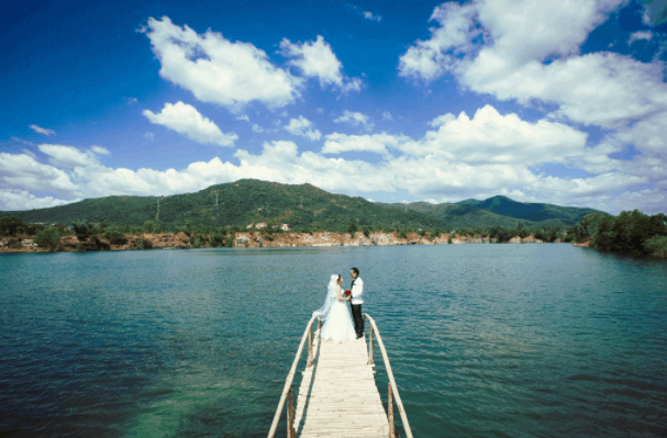 Nhiều cặp đôi chụp ảnh cưới tại hồ Cốc