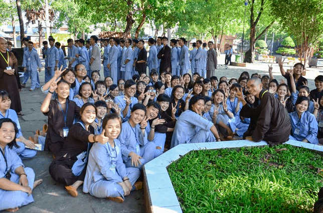 Có rất nhiều bạn trẻ tham gia vào khóa tu mùa hè tại chùa Hoằng Pháp