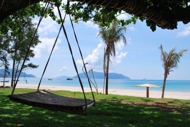 Bờ biển với bãi cát trắng mịn trải dài phía trước Côn Đảo Resort