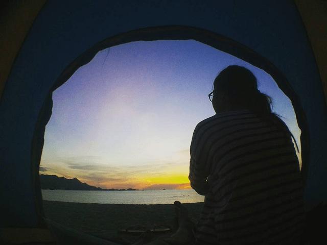 Nhiều bạn trẻ tổ chức cắm trại tại Bãi Chướng để được ngắm nhìn những tia nắng đầu tiên ló rạng trên biển cả mênh mông (Ảnh: @judie.nguyen)