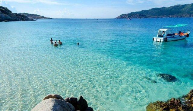 Nước biển Bình Hưng trong vắt (Ảnh: Sưu tầm)