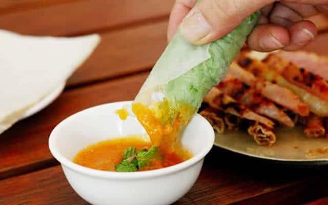 Độ ngon của món nem nướng còn phụ thuộc vào tay nghề pha nước chấm của chủ quán (Ảnh: ST).