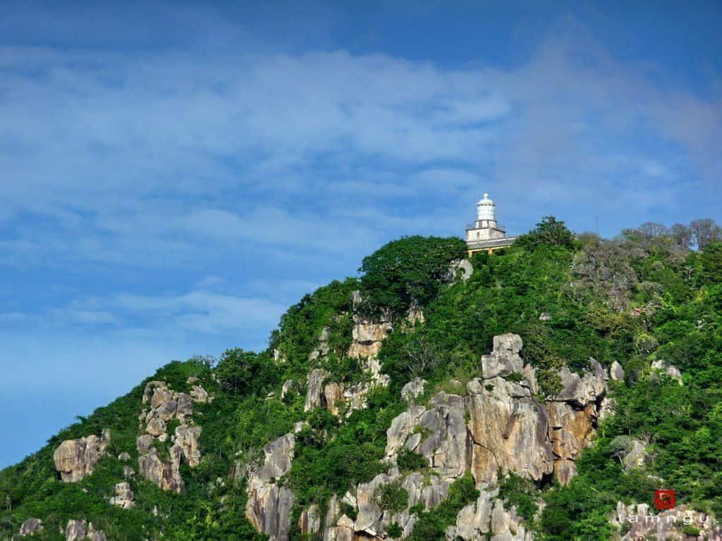 Ngọn hải đăng nằm ở phía Đông Bắc của hòn đảo