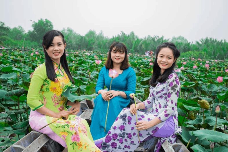 Hình ảnh các cô chụp ảnh giữa hồ sen Tam Đa