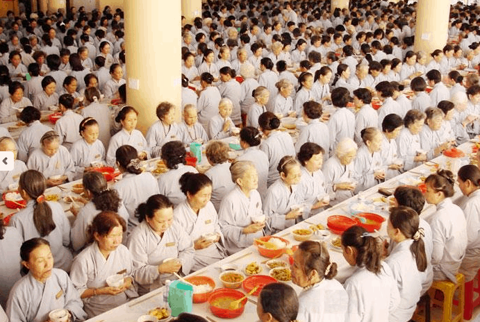 Hình ảnh bữa ăn trưa của các phật tử tại chùa