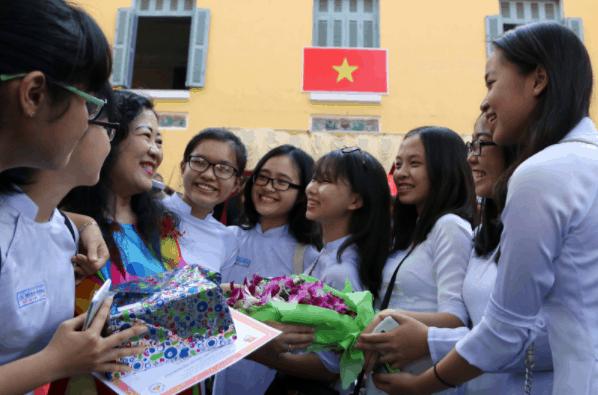 Hình ảnh các em học sinh chúc mừng cô giáo nhân ngày 20-11