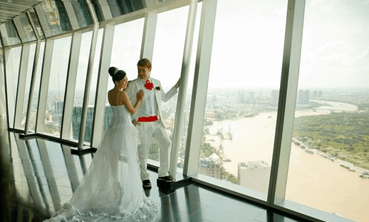 Photo of a couple taking wedding photos at the 49th floor of Bitexco building