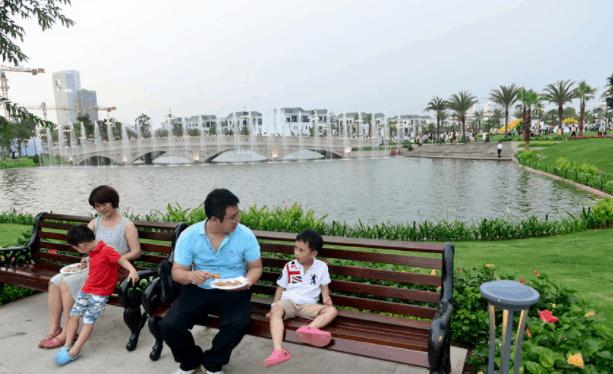Tận hưởng khoảnh khắc bên nhau tại công viên vên sông KDC Tân Quy Đông