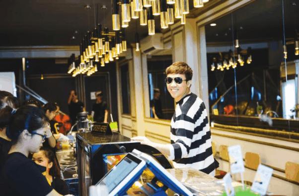 Hình ảnh nghệ sĩ Trấn Thành tới tiệm trà sữa Maku