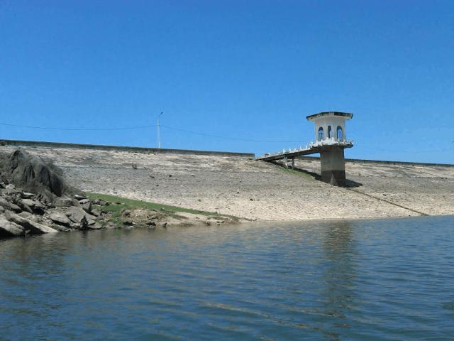 Bờ đập hồ Đồng Xanh - đồng Nghệ