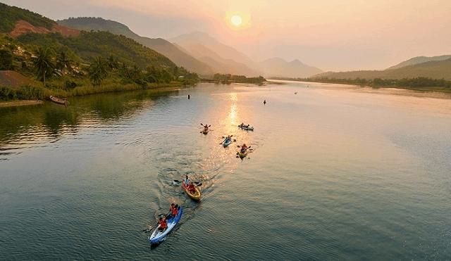 Các cuộc thi chèo thuyền được diễn ra Đồng Xanh - Đồng Nghệ