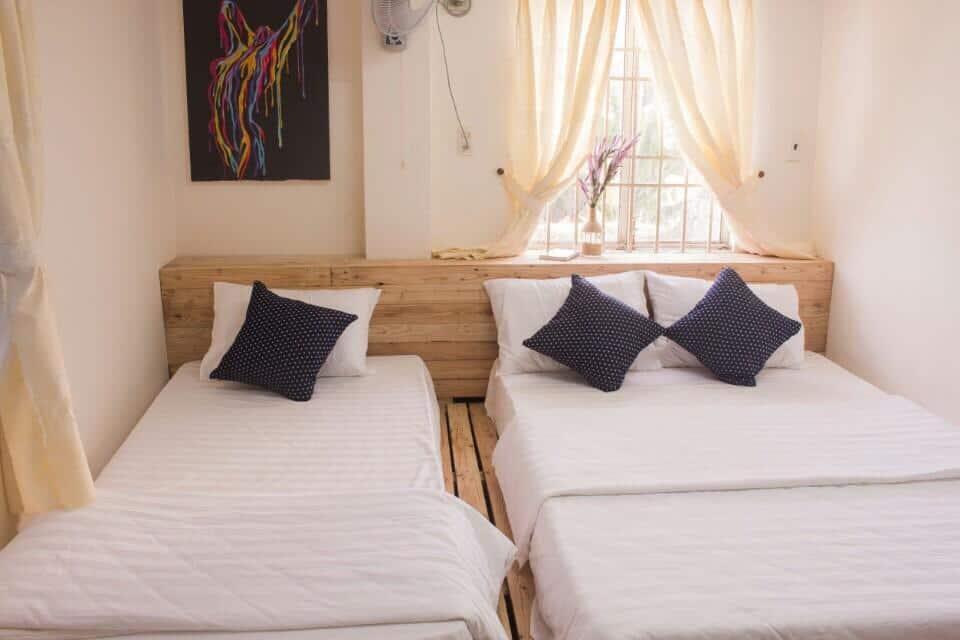 Phòng ngủ đơn giản nhưng ngập ánh sáng tự nhiên (Ảnh: ST)
