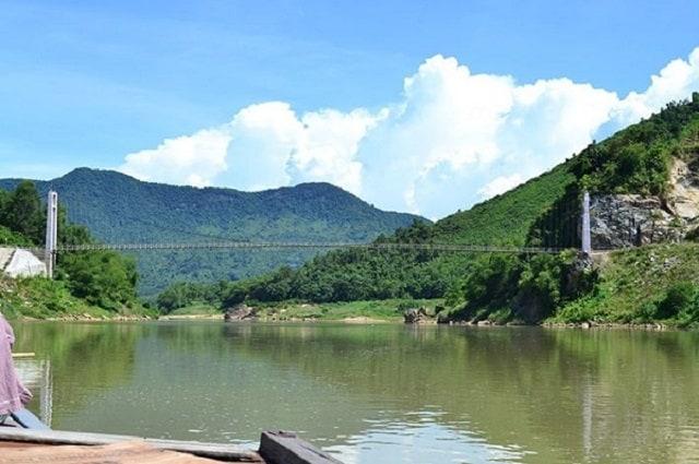 Cầu treo nối 2 dãy núi 2 bên bờ sông Thu Bồn (Ảnh: Sưu tầm)