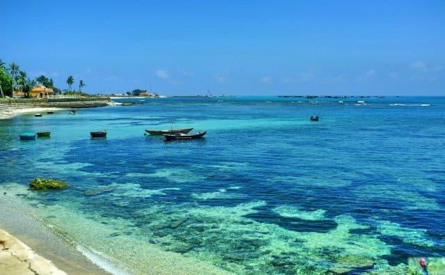 Cảnh đẹp với màu biển xanh ngọc