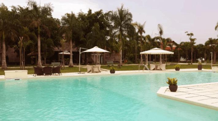 Không gian bể bơi rộng thoáng tại Tanja Resort