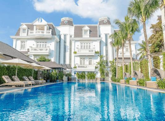 Khu bể bơi trong xanh tại Villa Song Saigon