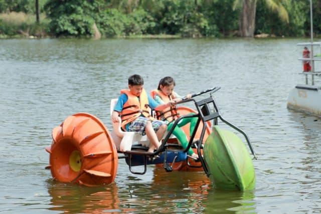 Xe đạp nước là một trò chơi mới lạ, hấp dẫn, chỉ có tại The Bamboo (Ảnh: Làng Du lịch Tre Việt)