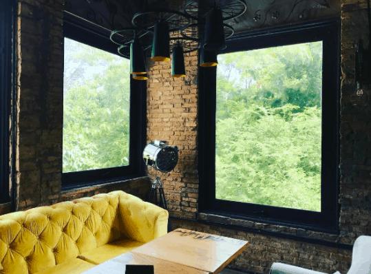 Khung cảnh xanh mát qua ô cửa sổ tại The Local