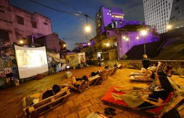 Khung cảnh xem phim ngoài trời tại Hừng Hoa Cinema