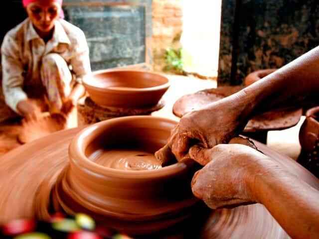 Nghệ nhân nặn gốm ở làng gốm Hương Canh