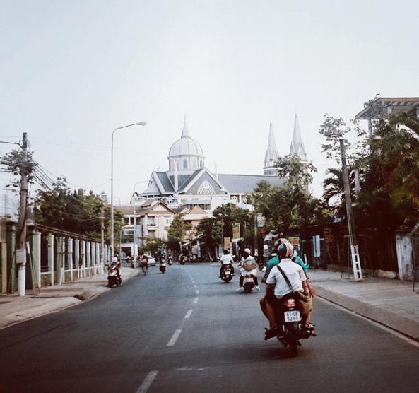 Nhà thờ Phú Cường xuất hiện từ xa trông thật ấn tượng