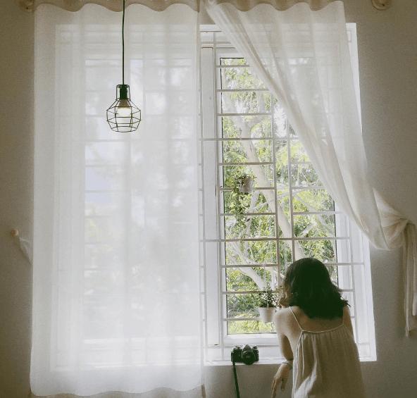 Cửa sổ rộng với tấm rèm trắng buông nhẹ nhàng thức giấc bạn mỗi ngày (Ảnh: ST)
