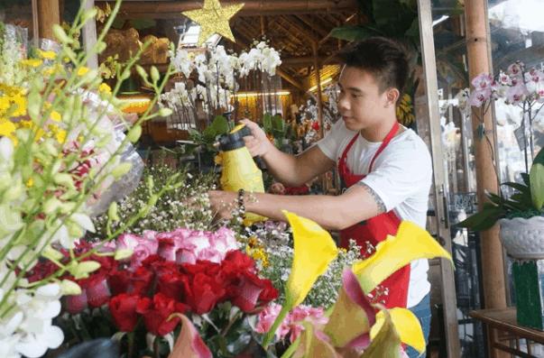 Nhiều cửa hàng chuẩn bị hoa tươi cho ngày nhà giáo Việt Nam