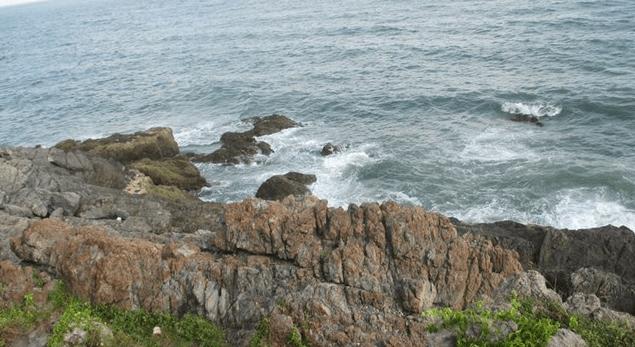 Những bãi đá nhấp nhô tạo nên một khung cảnh ấn tượng