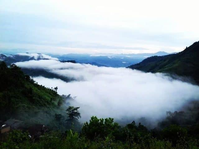 Những lớp sương mù ẩn hiện sau những dãy núi khiến không gian trở nên thật thơ mộng, hữu tình (Ảnh sưu tầm)