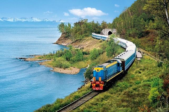 Cung đường mà xe lửa đi qua luôn có nhiều cảnh đẹp thơ mộng. (Ảnh ST)