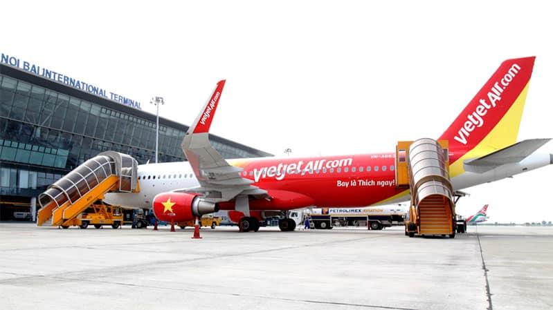 Một chiếc máy bay Vietjet Air đang chờ đón khách tại sân bay. (Ảnh ST)
