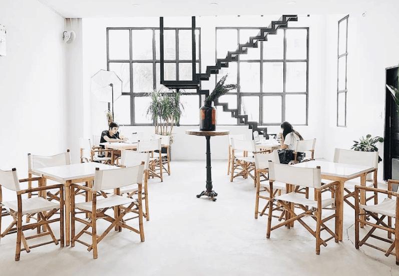 Quán cà phê có style tối giản kết hợp tông màu trắng muốt