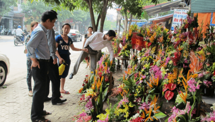 Hình ảnh khách chọn mua hoa tươi tại TP HCM