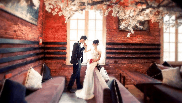 At the cafe there are many romantic scenes for your wedding album