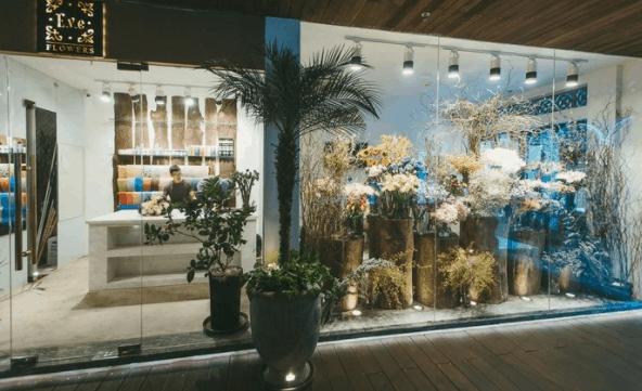 Tầng trệt là nơi các shop trưng bày những loài hoa đẹp