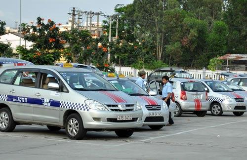 Ảnh chụp Taxi Emasco đang đỗ trên một con phố ở Nha Trang. (Ảnh ST)