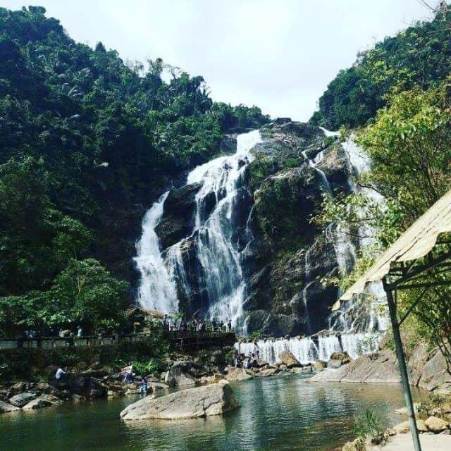 Những thác nước đổ từ trên cao xuống tung bọt trắng xoá (Ảnh sưu tầm)