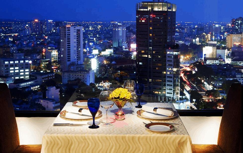 Thưởng thức đồ ăn và ngắm cảnh đêm thành phố tại Sheraton Saigon