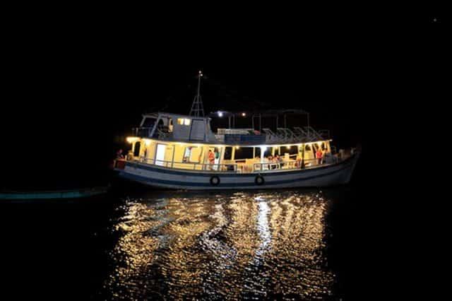 Chủ tàu sẽ dẫn du khách ra địa điểm câu mực