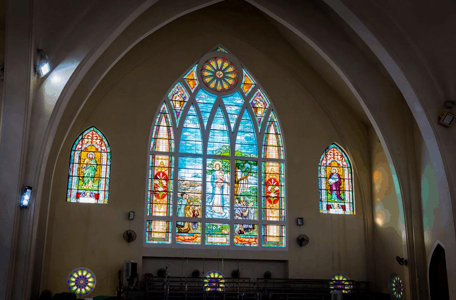 Trên cửa sổ nhà thờ được vẻ bởi những họa tiết đẹp mắt