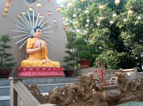 Tượng phật tổ được đặt trong khuôn viên chùa Tây Tạng