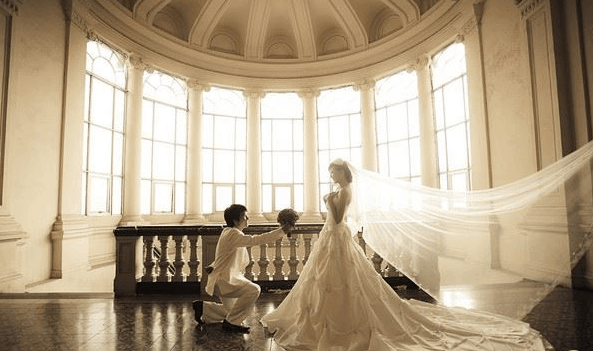 The ancient beauty of the museum gives you beautiful wedding photos