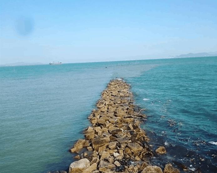 Con đường đá giữa biển